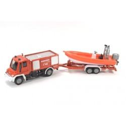 Service d'incendie Unimog avec canot de sauvetage