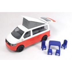 Volkswagen T6 California avec toit mobile et mobilier de jardin